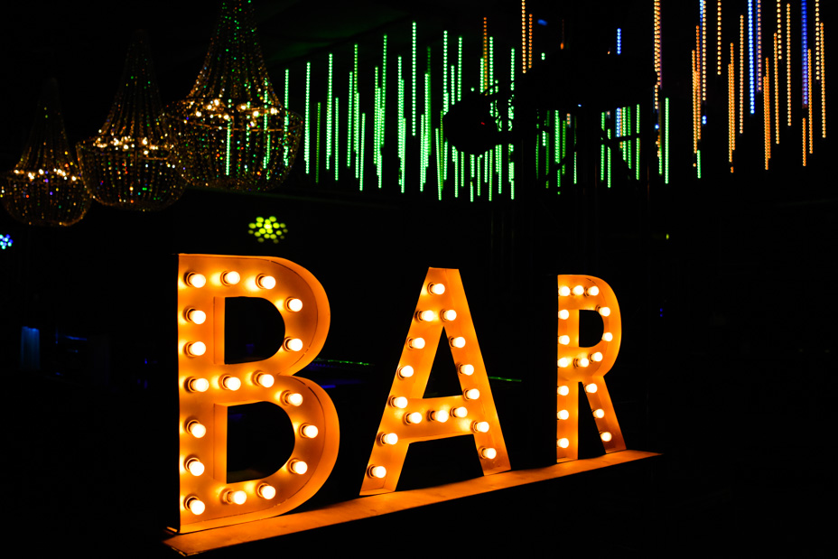 cartel bar con letras corporeas luminosas
